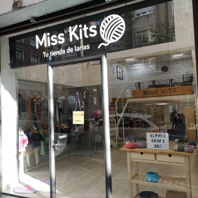 The door entrance to the yarn shoo Miss Kits in Aribau 258 of Barcelona
