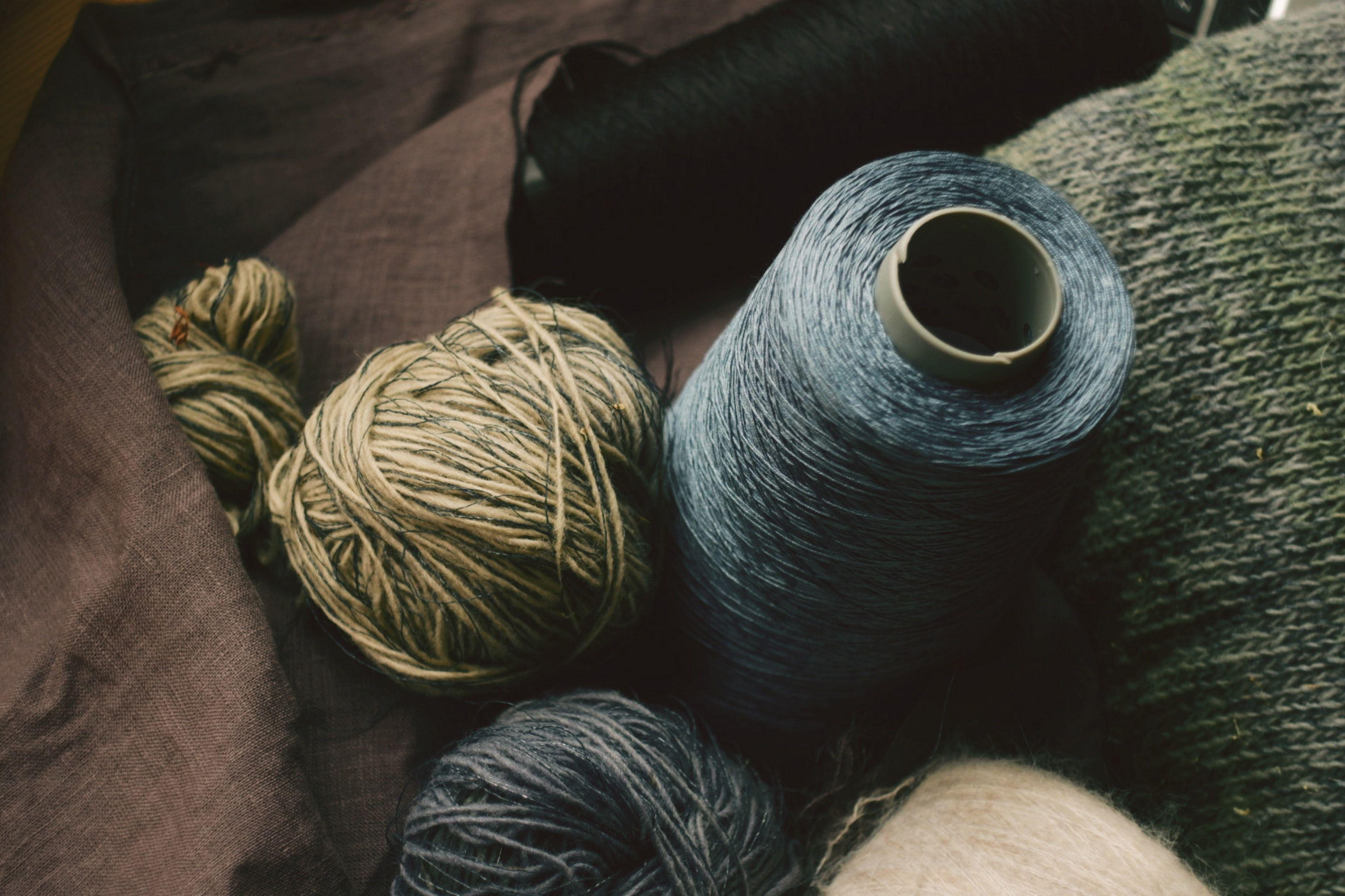 Caja con ovillos y madejas de lana